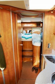 Sköna madrasser, gott om förvaringsmöjligheter och trevlig belysning skänker god sovkomfort. Vill man förvandla utrymmet till en dubbelbädd använder man den medföljande mittkudden.