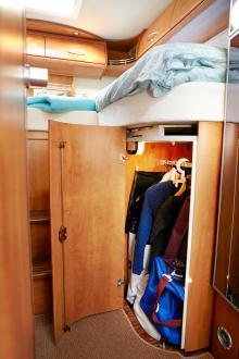 Utrymmet mellan bädden och golvet utnyttjas finurligt. Här en garderob som tillåter halvlånga plagg samt väskor.