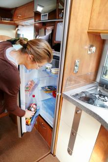 160 liters kyl och separat frysskåp samt gasolugn är standard.