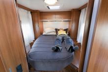 Queenbed i bak och gott om förvaring. Ett fönster på varje sida och två takluckor ger en härlig luftighet, här trivs man!  Sängen smalnar dock av lite väl mycket för att två välbyggda ska få plats fullt ut. I denna del av bilen dominerar luftigheten över den praktiska användbarheten. Med det är gjort på ett bra och stiligt sätt.