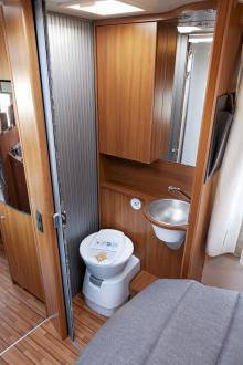 Om man inte störs av att se toastolen blir utrymmet en naturlig del av bilen.