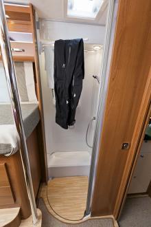 . Förutom att torka kläder kan man hänga jackor här. Inte för tunga plagg bara, pinnarna är mest tänkta för handdukar.