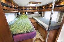Långbäddarna inbjuder till paus. Överdragsklädseln i den rena sängen är ett tillbehör.