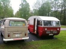 Husbil & Husvagns testbil från 1970 övernattar bredvid Saab-husbilen från 60-talet.