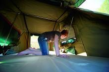 Tältet har öppningar bakåt och framåt samt fönster på sidorna.