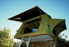 Stegen upp till tältet är en del av konstruktionen. Den stagar upp det utfällda sovrummet.