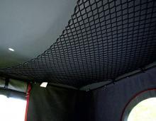 I taket finns stuvnät medan dörrar och fönster är försedda med myggnät.