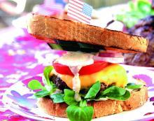 Vitlöksdoftande Holy Cow burger i nygrillat bröd.
