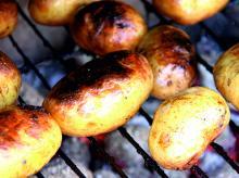 Nykokt färskpotatis på grillen. Smakar och doftar ljuvligt!