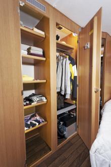 Hyllskåp och garderob sväljer det mesta.
