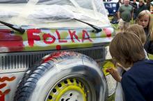 Barnen hade i uppdrag att måla en folkabuss som lottades ut bland deltagarna.