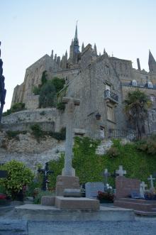 Väl inne i Mont Saint Michel finns kyrkor, kyrkogårdar, trånga gränder, butiker och krogar.