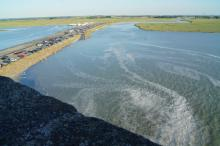 När tidvattnet sveper in minskar landtungan som förbinder klosterön med fastlandet.