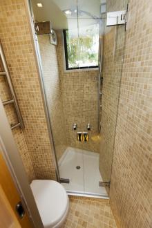 Den rymliga duschen ger ordentligt med svängrum.