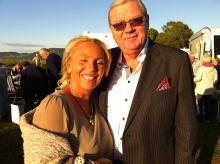 Maj-Britt Nilsson och Kurt Kristensen är på ett glatt humör i kvällssolen på Elmia
