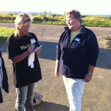 Chefredaktör Carola Eklundh passar på att intervjua klubbsekreteraren Berith Freiholtz