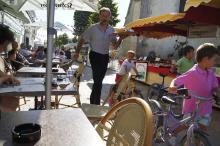 Endast servitörerna hastar i mysiga byn La Couarde sur Mer.