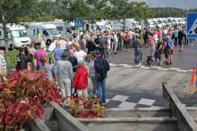 Medlemmarna minglar runt på årsmötet i Nossebro