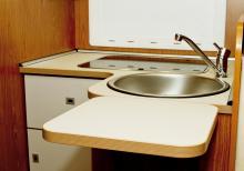 Köksdelen är kompakt men arbetsytan kan göras större med en uppfällbar skiva.