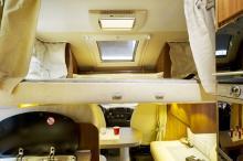 Den elektriskt manövrerade sängen framme i husbilen är en bekväm sovplats men  saknar tyvärr sidoskydd som hindrar ofrivilliga nattliga fall.