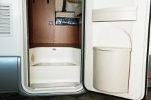 Trapporna i insteget är skyddade med räfflade aluminiumplåtar. Hållare för soppåse finns inbyggd i dörren.