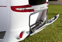 En bagagelucka där den hör hemma, längst bak på vagnen. Utrymmet är 39 cm djupt och lika brett som vagnen.