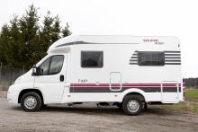 Designen avslöjar att det är en Solifer. Husvagnarna har i princip likadan dekalering.