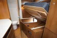 Under sängen får mycket plats. Hålen i panelen bör inte täckas för, pannan behöver luft. Till höger skymtar den berömvärt stora garderoben.