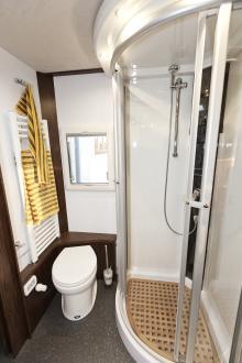 Som gör skäl för namnet. Med gott om utrymme, porslinstoalett och stor dusch. Samt kvalitativa material.