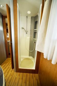 Duschrummets heltäckta plastmodul är kompakt och funktionellt inredd.