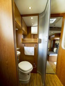 Med jalusidörren stängd blir det lite trångt i toalettutrymmet. Stänger man dörren till främre delen av fordonet och  kör med öppen toadörr blir utrymmet mer än tillräckligt.