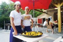 En dag i veckan serveras paella på campingplatsen Camping Les Pins. Maten är god och prisvärd.