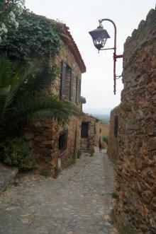 Trånga gränder och stenhus i pittoreska Castelnou.