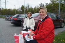 Eva Dagnestam och Anita Agenberg delade ut den första färdbeskrivningen.