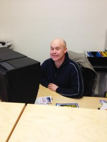 Mitt skrivbord. Läser lite gamla nummer och håller koll på webben. I bakgunden syns Jimmie.