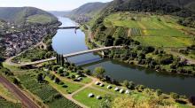 I Moseldalen ligger byn Cochem som är värd för en av de största vinfestivalerna i området.  Över byn vakar ett vackert slott från 1000-talet.