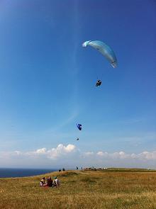 Tillsammans med en pilot provade Martin att flyga skärm vid Kåseberga.  Att sväva högt upp i de varma sommarvindarna blev en oförglömlig upplevelse.