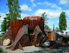 På Karlsborgs Camping i Västergötland har två enorma stubbar blivit till välutrustat semesterboenden.