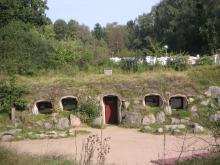 På Skånes Djurparks Camping i Höör bor gästerna inne i grottor med sköna sängar och dusch och toalett.