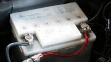 Batteri med skruvkorkar för påfyllning är den äldsta typen