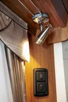 Lamporna går att flytta längs en räls. Svenskdesignade gardiner och tyger.