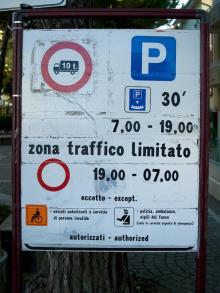 Zona Traffico Limitato, italiensk miljözon där det krävs betalning för att få köra. Dessutom kan skyltarna vara så här svårtydda och reglerna skiljer sig därutöver mellan olika städer.