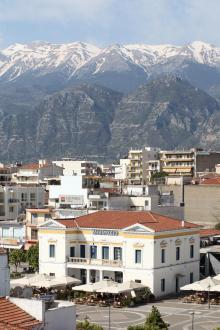 Mitt på Peleponesos finns det snöklädda berget som ger en fantastisk inramning till allt som blommar.