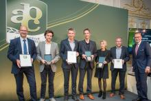 En stolt Hubert Brandl, VD, tar emot priset i Paris