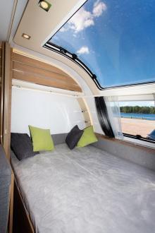 Favoritställe. Från sängen upplevs panoramatakfönstret bäst. En klar höstnatt är det nog mysigt att räkna stjärnfall eller skåda norrsken.