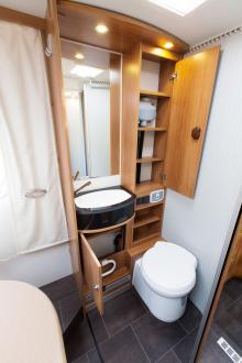 WC. Gott om förvaring i hygienutrymmet. Men lite ont om plats kring handfatet.