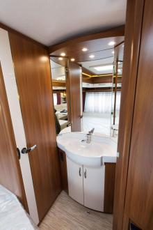 Öppet. Istället för ett stort hygienutrymme prioriteras rymden i vagnen. Handfatet är därför placerat utanför toaletten.
