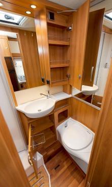 Hygien. Gott om plats för såväl personer som saker. Trätrallen i duschen är ett tillbehör. I taket finns en öppningsbar taklucka.