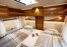 Sovsal. Ombonat och mysigt sammanfattar sovrummet på ett bra sätt. Utsikten genom fönstren är bra från båda sängarna.