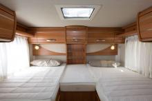 Prydligt. Sovrummet är stilrent à la Hymer. Möbeldekoren ser likadan ut i serierna Exsis och B-klass. Möblerna är tysta under färd.